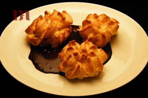 bigne-alla-crema-con-salsa-al-cioccolato0CA745AF-970B-4452-C294-07F61721CCD7.jpg